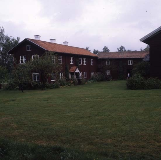 Gården Kristofers sedd från söder. Till vänster gammelbyggningen med sina tre höga vita skorstenar.
