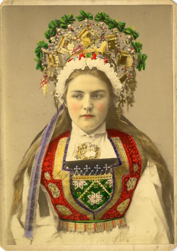 Kolorert studiofotografi av kvinne med brudedrakt og krone på hodet. Voss i Hordaland. 1899. (Foto/Photo)
