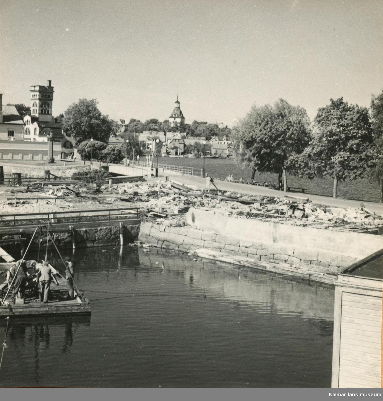 """Vy över arbetet med den nya Restaurang Slottsholmen Restaurang Slottsholmen: Den 15 juni 1950 brann den """"gamla"""" restaurangen ned. Den 18 november påbörjades uppförandet av den nya restaurangen, som invigdes den 17 juli 1952. För publicering av bilden hänvisas till ägaren via Kalmar läns museum"""