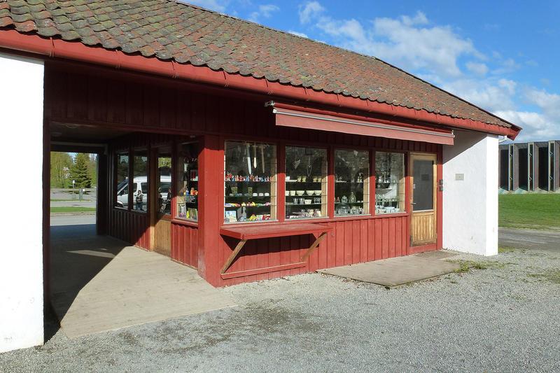 Museumsbutikken er et tødt, lavt hus ved hovedinngangen. (Foto/Photo)