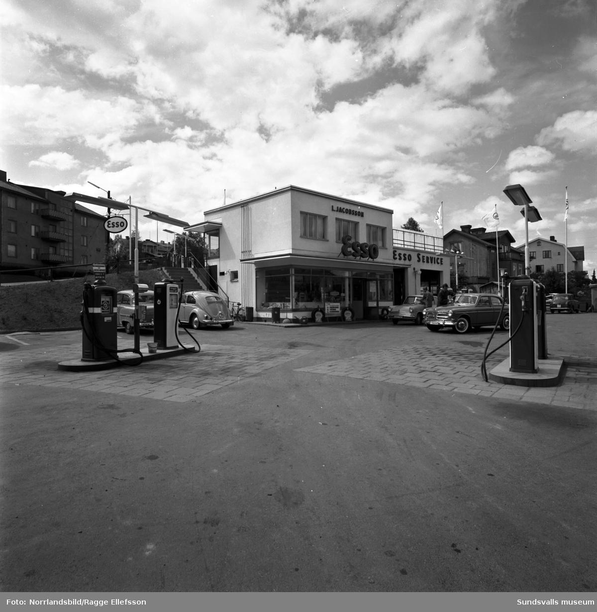 L. Jacobsson, Esso bensinstation och serviceverkstad på Bergsgatan, vid Oscarsgatan. Exteriör- och interiörbild.