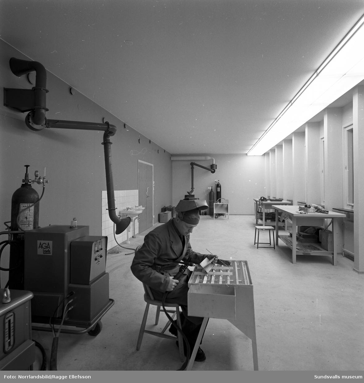 Norrlands Gas, Noga (AGA). Interiörbilder med personal från nya fastigheten på Landsvägsallén. Kontors- och lagerlokaler.