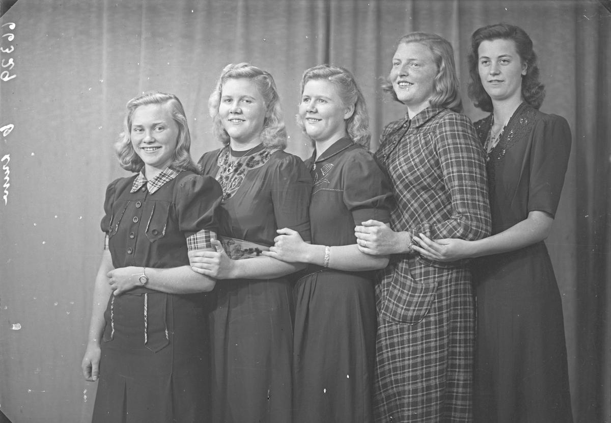 Gruppebilde. Gruppe på 5 unge kvinner. Bestilt av Solveig Stene. Skillebekgt. 37e
