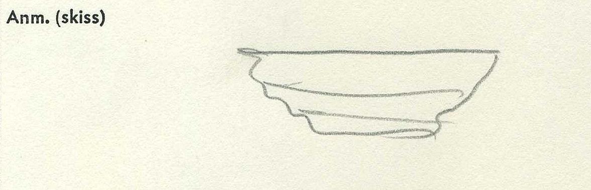 Ornament i form av sockel, ett vertikalt urtag vid baksidans ena ände. Två spikhål. Mycket kraftigt vittrad yta och kanter. Något förvrängd till följd av krympning. Kraftig saltskada (salt: 1-2).