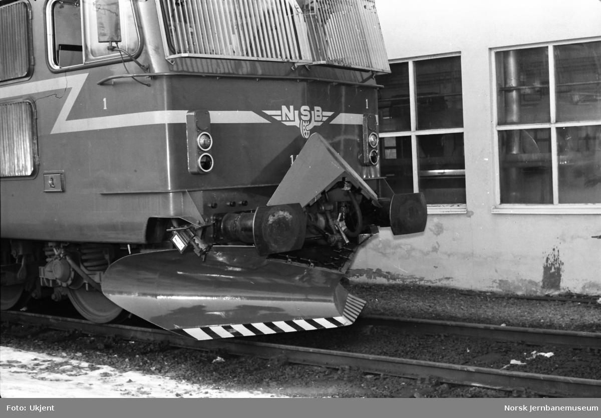 Elektrisk lokomotiv El 14, front med underliggende frontplog