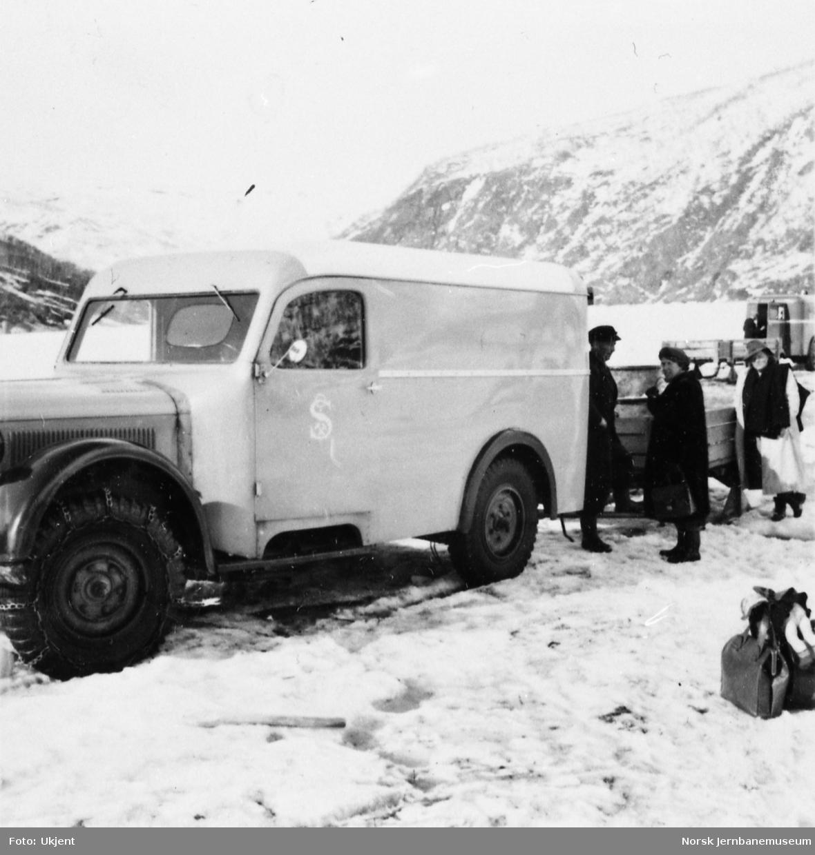 Omlasting fra varebil med passasjertilhenger til båt på isen på Øvervatnet