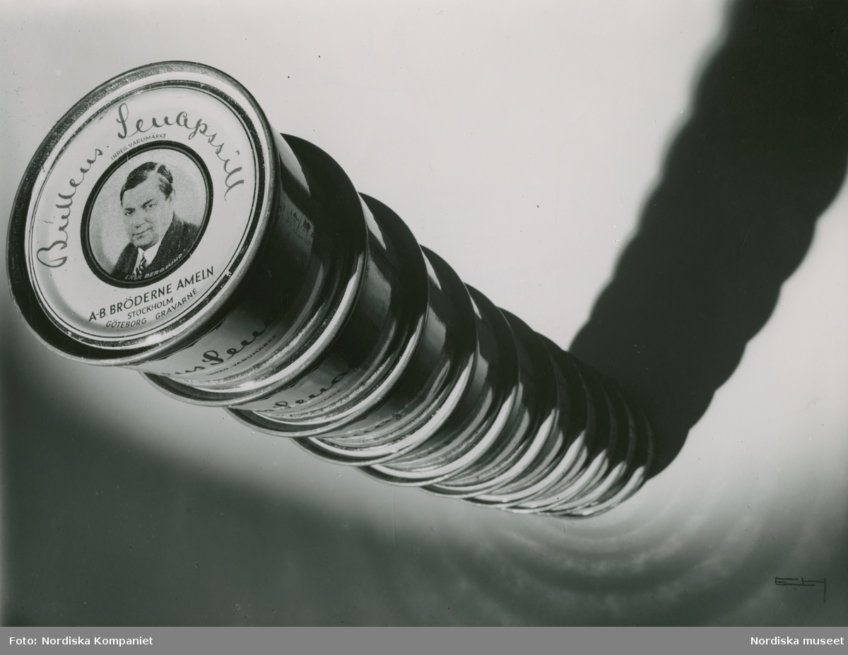 """En stapel med konservburkar med Bullens senapssill, Text med blyerts på baksidan: """"1932"""""""