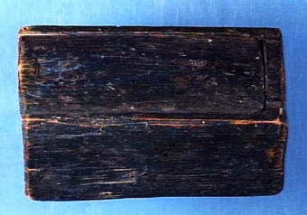 """Liten låda med skjutlock, invändigt grovt tillskuren, väl bibehållet Text i liggaren: """" ... Föremålen äro från hans föräldrahem. En del äldre träföremål äro från moderns hem i Öttum. ... Modern Alma Sofia, född Jansson från Öttum.   Neg.nr: 1986-0010 Sakord: LÅDA Tillverkningstid: 1750 - 1850 Material: björk Teknik: skuret målat Mått: L=116 B=65 H=51 Vikt:"""