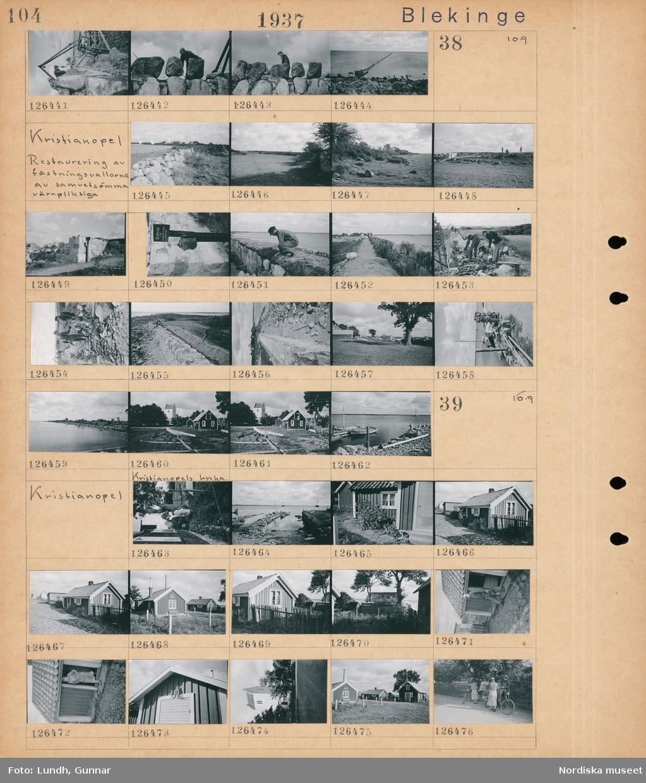 """Motiv: Blekinge, Kristianopel 36- ; En man arbetar med stenblock, ett bottengarn i havet.  Motiv: Blekinge, Kristianopel, Restaurering av fästningsvallarna av sammetsömma värnpliktiga; Landskapsvy med stenmur, landskapsvy med åkrar och träd, män arbetar med en stenmur, en stolpe med en insamlingsbössa och skylt """"Bidrag till restaureringsarbeten"""", en hamn med båtar, landskapsvy med strand och hav, exteriör av Kristianopels kyrka.  Motiv: Kristianopel; En kvinna hänger tvätt på en tvättlina, en hamn med båtar, exteriör av hus, en man vid ett hus, en kvinna står i en dörröppning, vy över bebyggelse, två kvinnor med cyklar."""