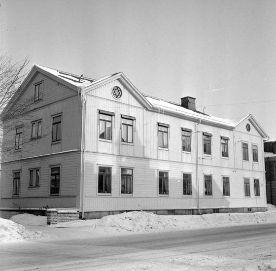 Bildtext: Byggnadsinventering i Skara 1969 - 1971. Skara stad, kvarteret Myran 3. Folkungagatan 6, södra fasaden.