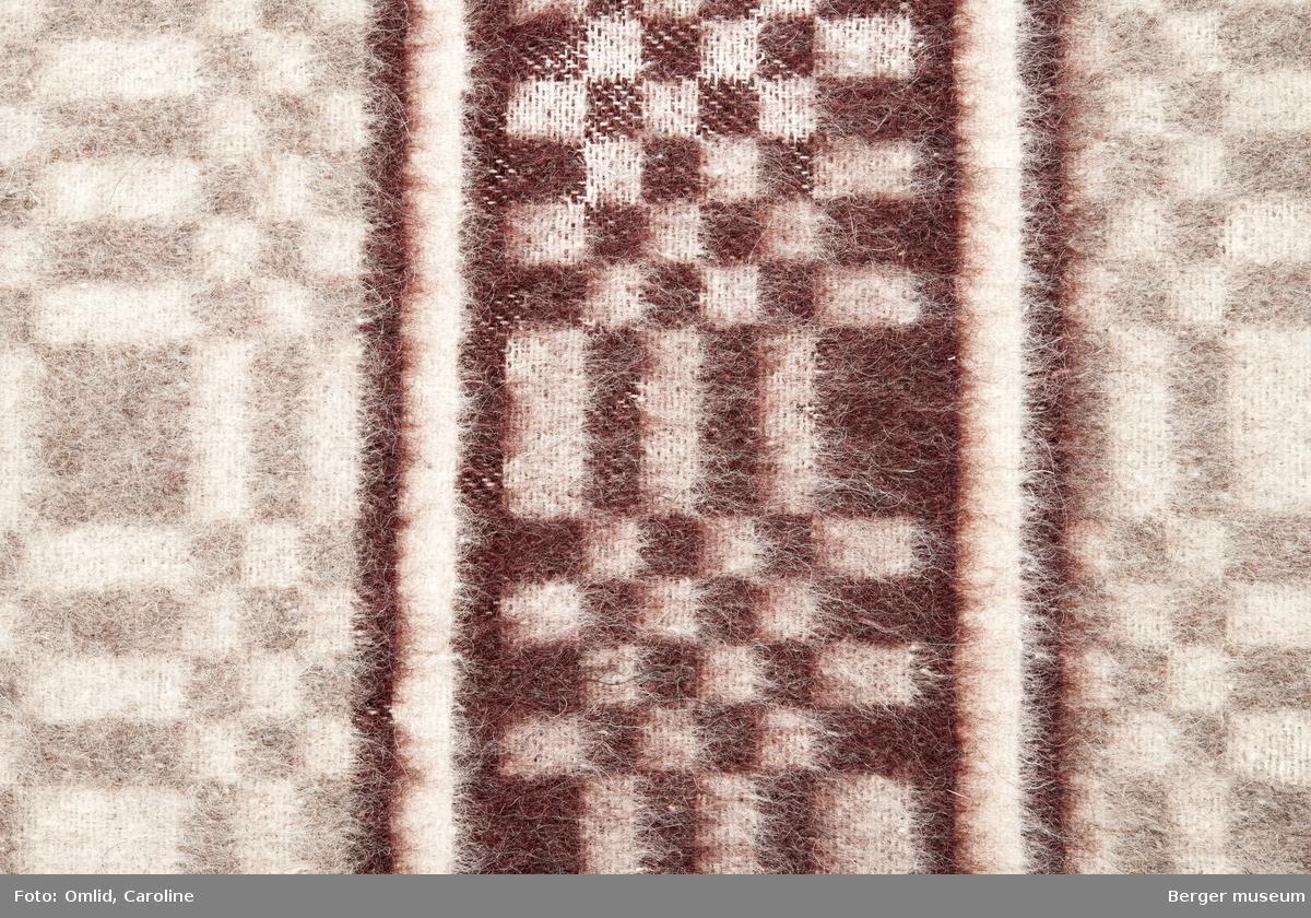 En prøve. Teppe med gjentagende mønster som blir brutt av samme mønsterbord i en annen farge. Mønsteret er en ørliten variasjon over BMF.03587-C-1.