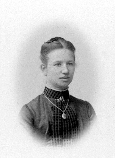 Alma Karlgren född Hök död 25/1 1887.Charlotte Hermanson, f. 1852, drev fotoateljé på Torggatan 47 i Skara under åren 1885-1916. Filial i Lundsbrunn.
