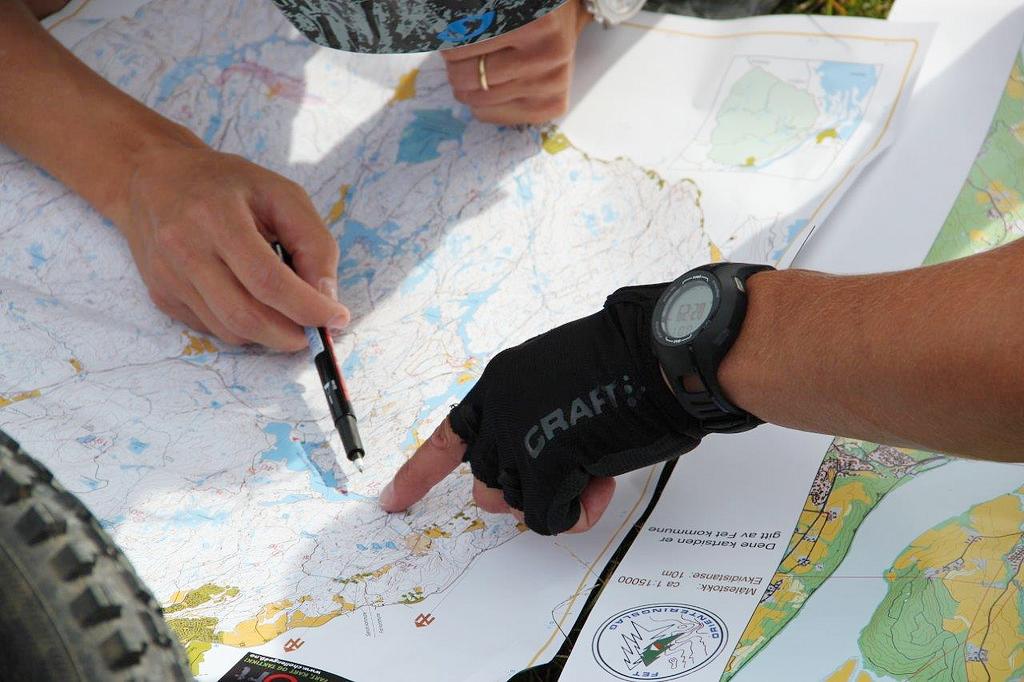 Foto av hender som peker på et kart. (Foto/Photo)