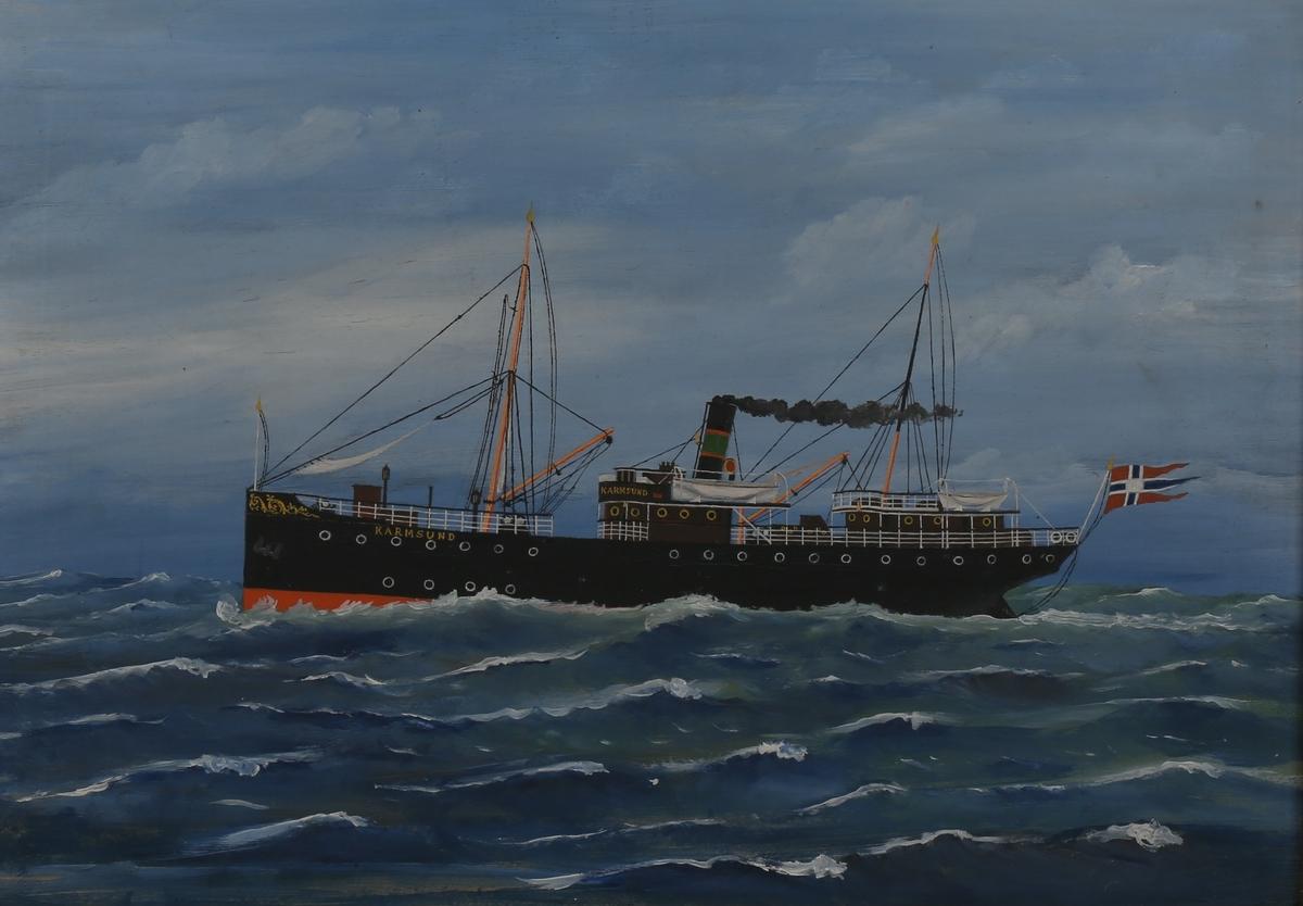 Skipsportrett av DS KARMSUND under fart på åpent hav, med splittflagg akter,