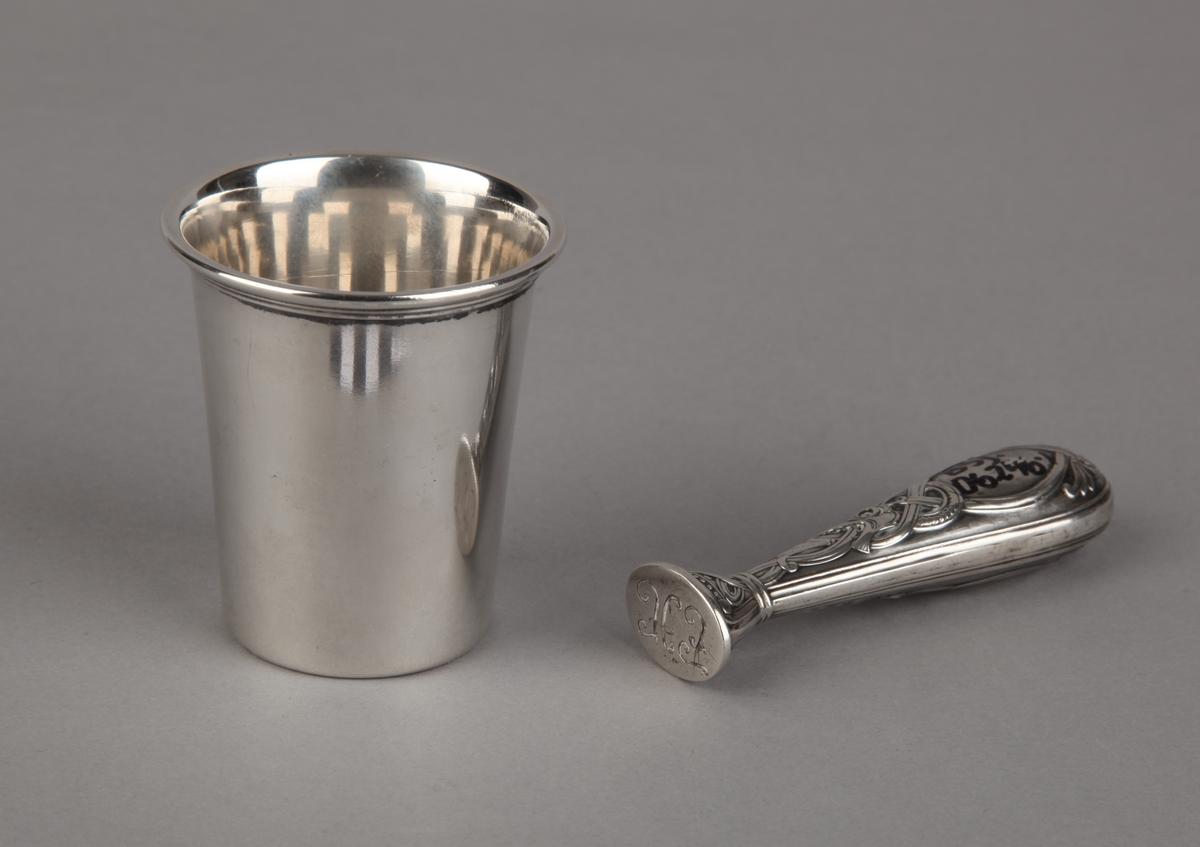 Lite sølvsett som har tilhørt Hugo Frøland. Bestående av 1 stk. signet og 1 stk. krus.
