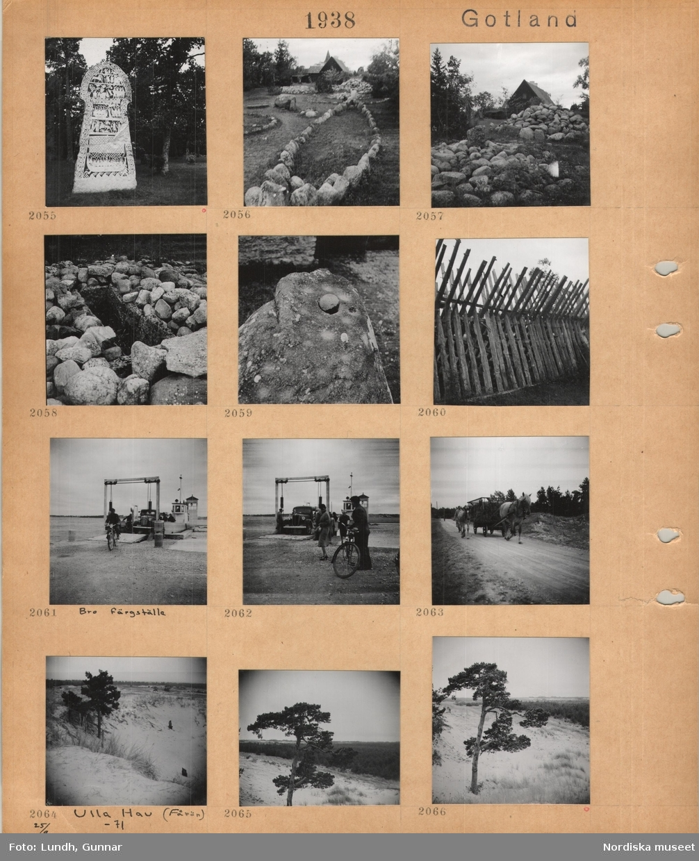Motiv: Gotland, bildsten utomhus, förhistoriska stensättningar, i bakgrunden hus, kyrktorn, stor sten med ett litet stenklot liggande ovanpå, gärdesgård av trästörar, Bro färjställe, liten bilfärja, bil, motorcyklist, fotgängare, skrinda med hö dragen av en häst på grusväg, bredvid går ett föl, sanddyner, Ulla Hau, Fårö, tall.