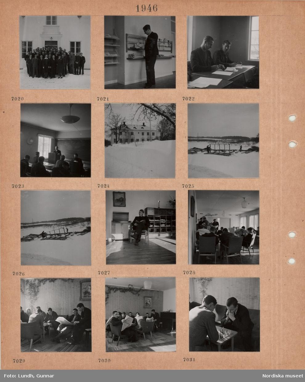 Motiv: Grupporträtt av män och några kvinnor utanför byggnad, snö på marken, en man står vid en tidningshylla, två män sitter och antecknar vid ett bord, en man står vid en pulpet i ett klassrum, vuxna män i bänkarna, byggnad i snö, två män arbetar utomhus i snö, en man sitter med en bok i en stol vid tidningshylla, läsrum män  sitter och står och läser tidningar, två män spelar schack.