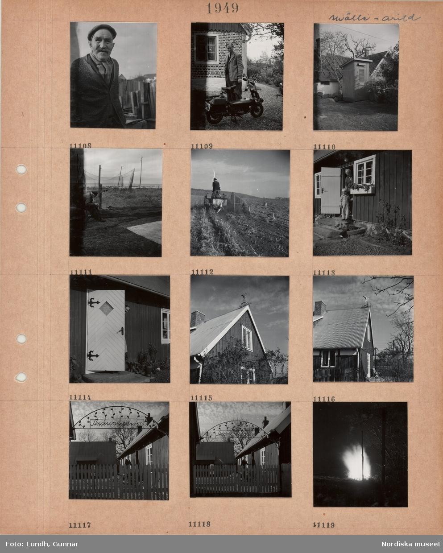 """Motiv: Mölle - Arild, porträttbild av äldre man i kofta, halsduk, keps, en man står och tittar på en motorcykel, liten byggnad, utedass(?), en man sitter och arbetar med fiskenät i en gistgård, en man kör traktor som drar ett jordbruksredskap på en åker, äldre man och liten pojke står i dörröppningen till lågt bostadshus, äldre kvinna tittar fram bakom ytterdörren till lågt bostadshus, husgavel med vindflöjel med stork på nocken, entré till gårdsplan, staket och portal med text """"Andersnilsgården"""", stor eld utomhus i kvällsmörker."""