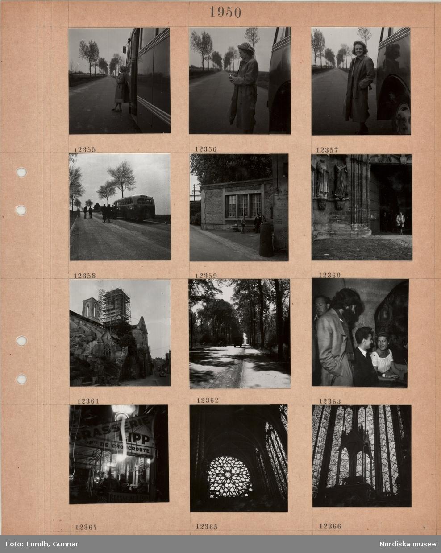 Motiv: En kvinna står och röker utanför en turistbuss på en väg, resenärer vid svensk turistbuss, en man och två barn utanför ett hus vid vägkanten, en kvinna kommer ut genom porten till en stor kyrka, skadad kyrka med två torn, byggnadsställning, vegetation på kyrkan, trädkantad landsväg, interiör servering, en man och en kvinna sitter vid ett bord och håller varandra i handen, gäster vid bord utanför en matservering, markis, fönster i katedral.