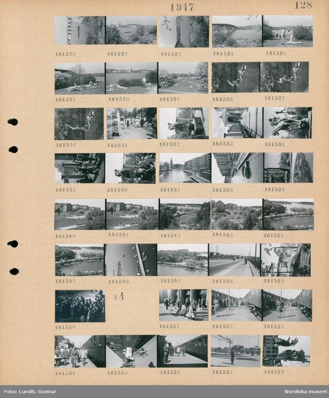"""Motiv: (ingen anteckning) ; Stadsvy med vatten och bebyggelse och ett fartyg på vattnet, människor solar, två personer gör akrobatik, besökare på Millesgården, stadsvy med vatten och bebyggelse med Stadshuset i bakgrunden, stadsvy med plantering och en byggnad med skylt """"Backlunds"""", vy över park, en hamn med båtar, en man går med cykel över en bro, en folksamling.  Motiv: (ingen anteckning) ; Tre män med kärror med bagage, människor på en järnvägsperrong."""