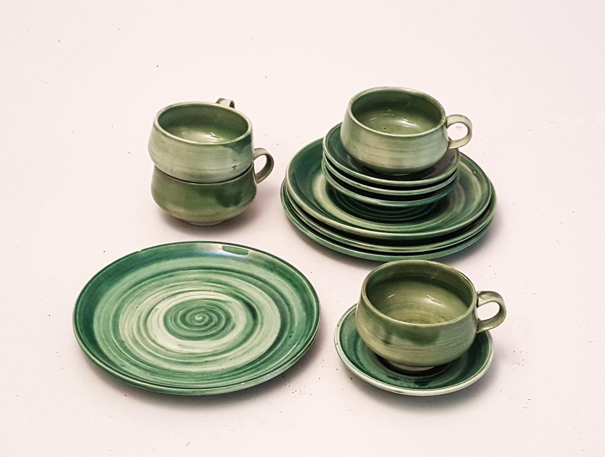 Keramikkservise i 12 delar. 4 små koppar med 4 asjettar og fire tallerkar. Kaffi- eller te-servise. Serviset er handlaga, dreia og med grøn overflate (glasur) med ein slags spiraleffekt i ulike fargenyansar.