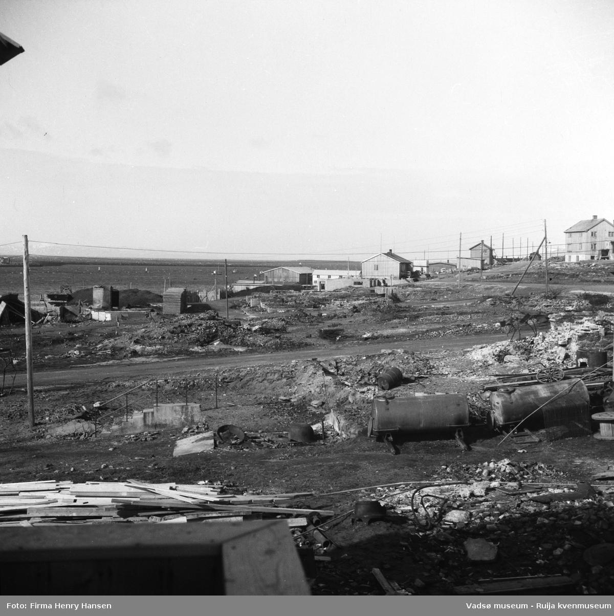 Vadsø sentrum etter krigen, 1949. Bildet er tatt mot vest og viser Kaigata, Havnegata og den framtidige Samvirkekaia.