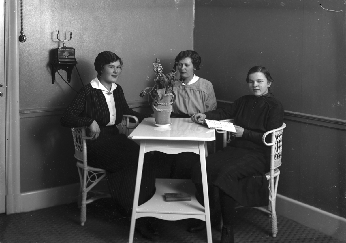 Kvinnorna samlade vid Rikstelefonen. (1919 ?).