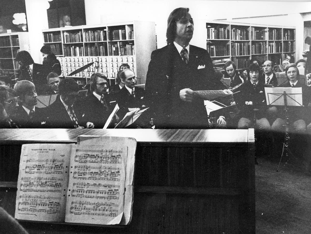 Orkester spelar på Stadsbiblioteket i Gävle.