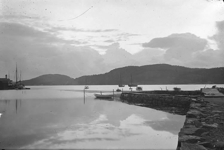 """Enligt Bengt Lundins noteringar: """"Ljungskile. Varmbadhusets plan och ångbåtsbron. Foto BL 1746""""."""
