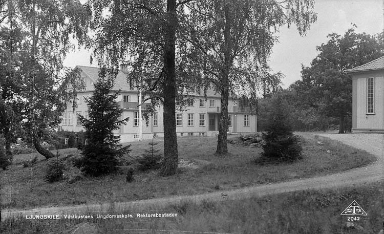 """Enligt Bengt Lundins noteringar: """"Ljungskile. Folkhögskolan. Vykort TF 2042 BL 1040""""."""