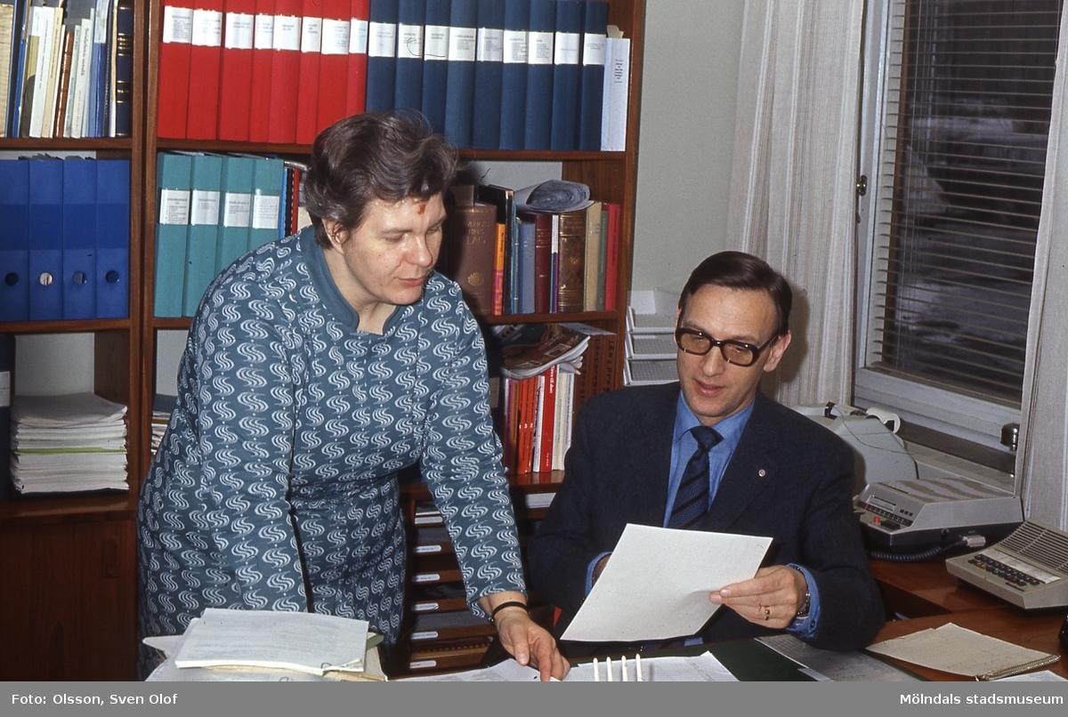Socialchef Bengt Alvekrans och avdelningschef Gudrun Gestrin på Bengts tjänsterum i Mölndals stadshus, år 1973.