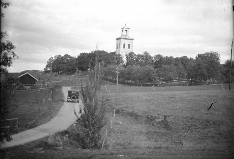 """Enligt Bengt Lundins noteringar: """"Forshälla. Kyrka med bil. Foto BL 1823""""."""