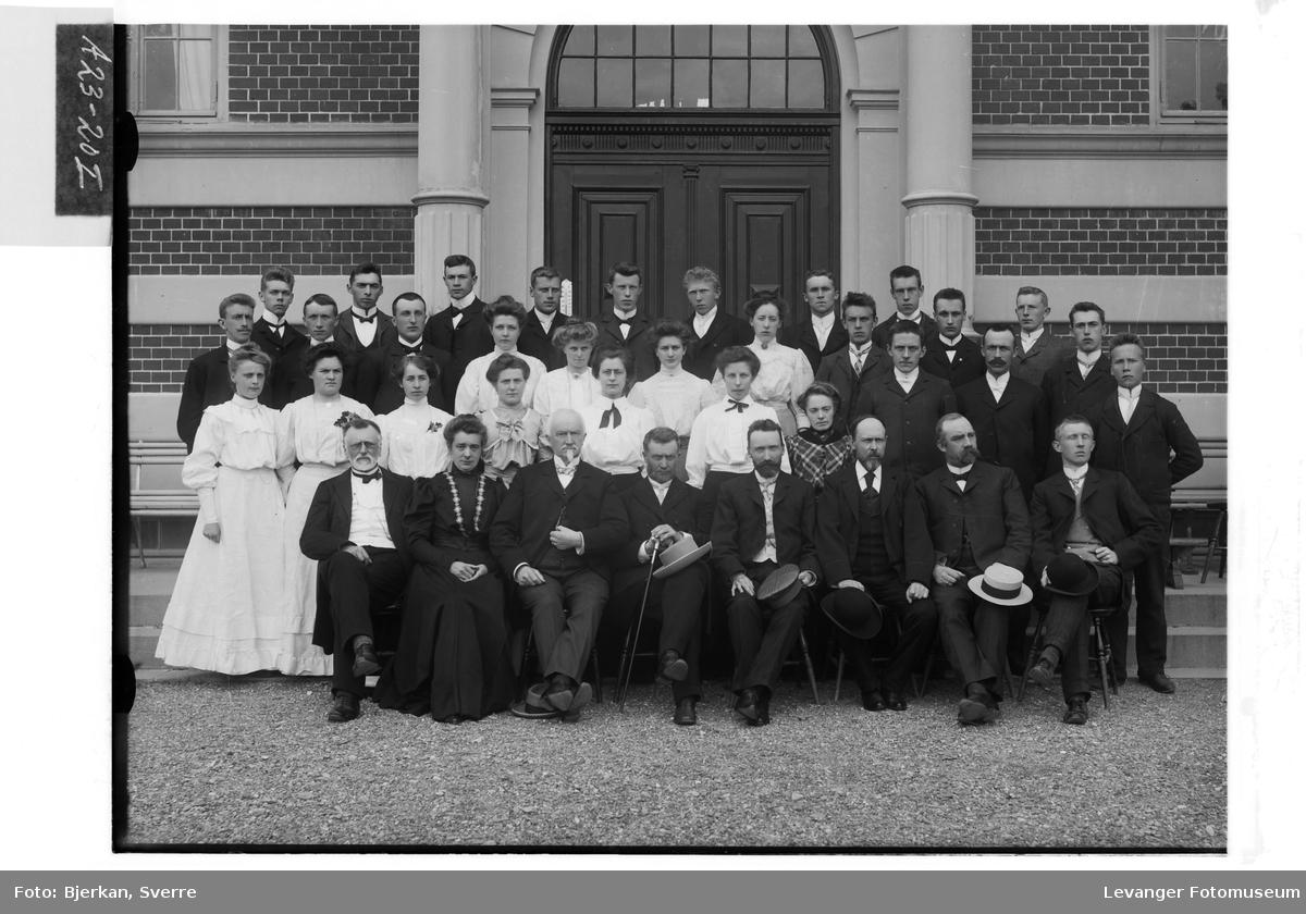 Studenter og lærere utenfor Levanger lærerskole.