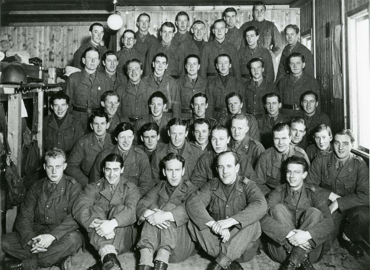 Grupporträtt av soldater vid Östgöta luftvärnsregemente i förläggningen Trångforsen, Julen 1940.