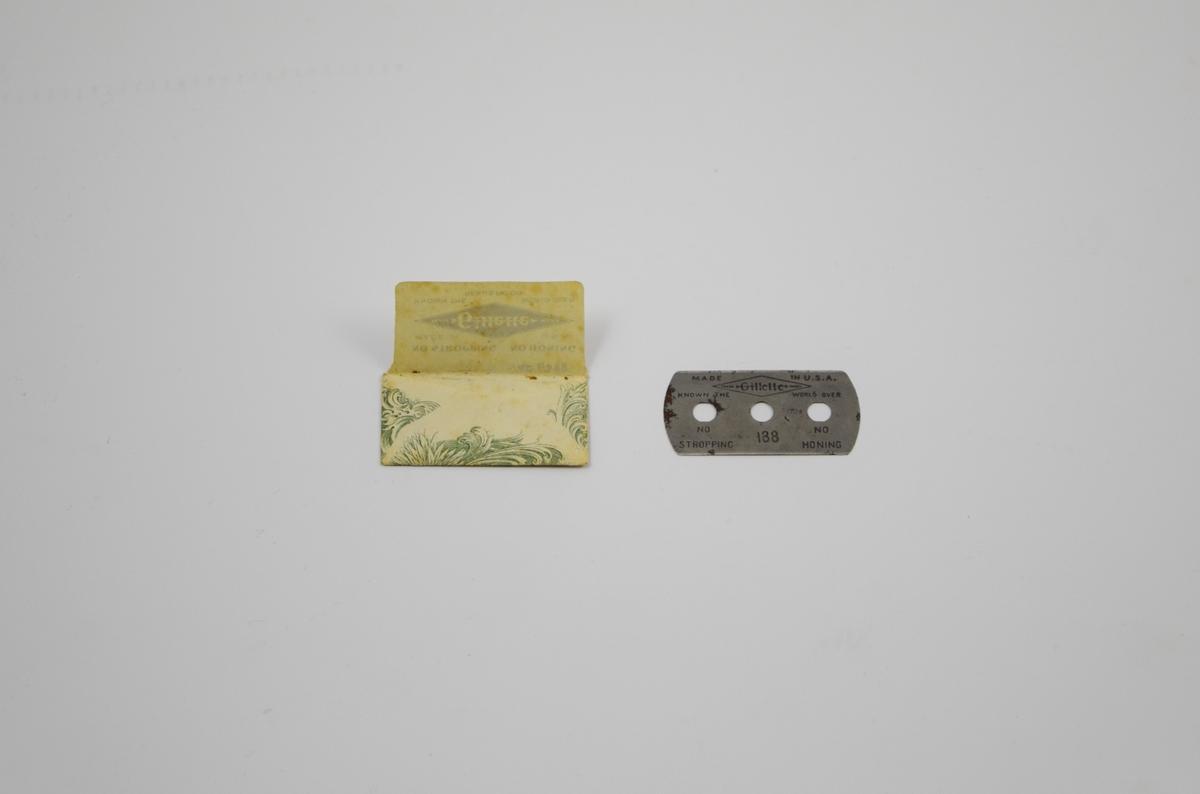 På papiret: svart trykk på hvitt underlag. Portrett av Gillette. Grønn oval ramme rundt med ornamenter utenfor.