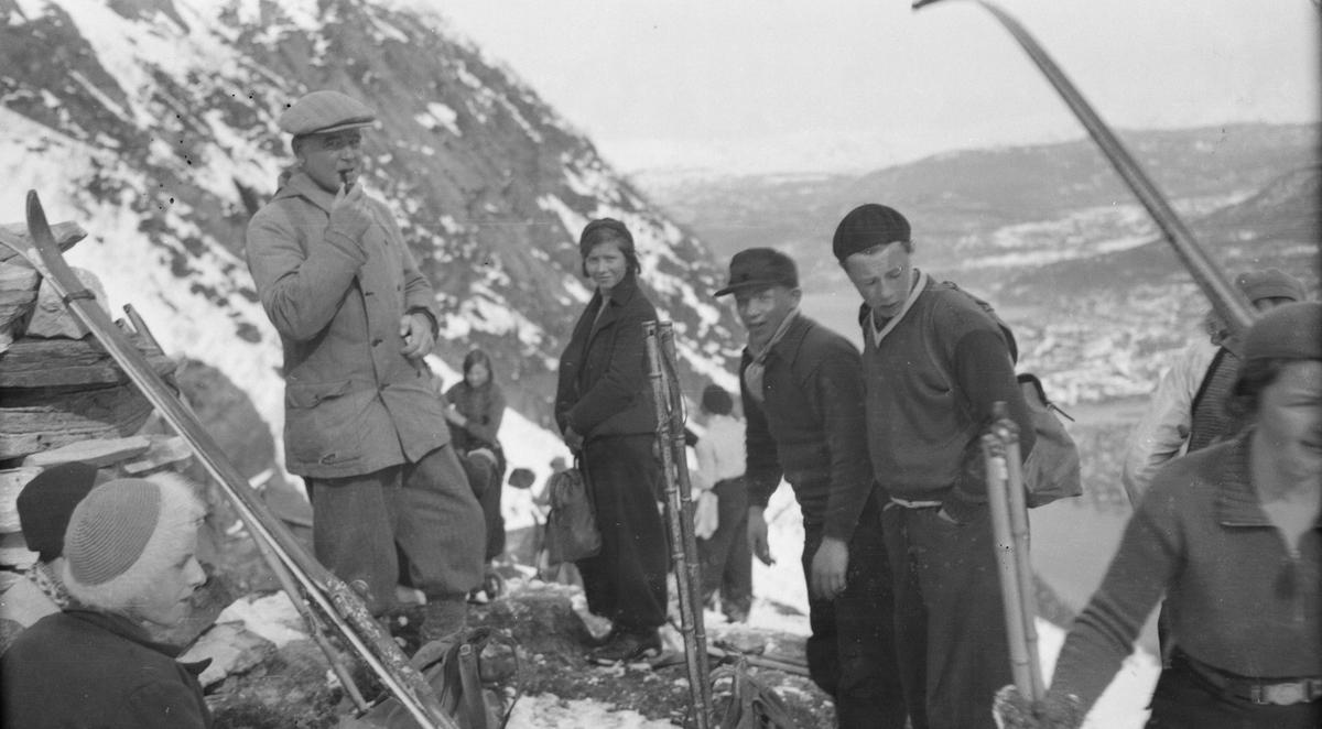 Skitur til Vikdalen. Oppe på Øyfjellet flere personer, ski, mann med pipe.