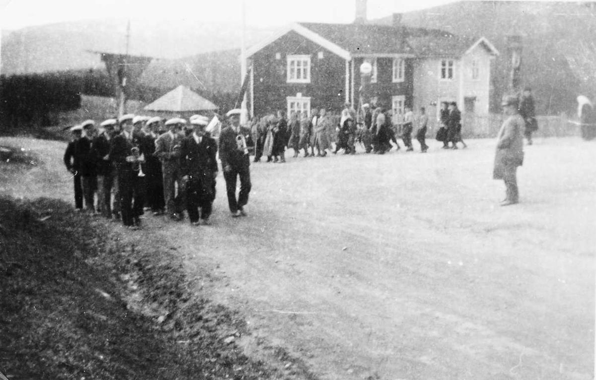 Personer, bygning. 1. mai-toget på Unset 1936. Midt i bildet Melkior Unset.