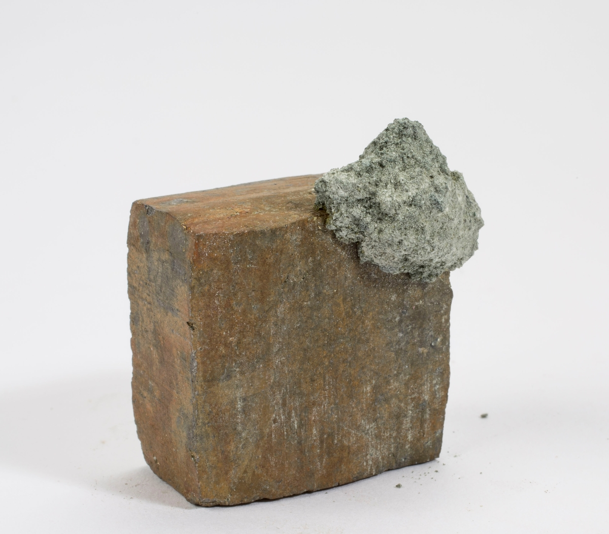 Pyritt xl, singel, flat kube, tidligere antatt å være gersdorffitt.