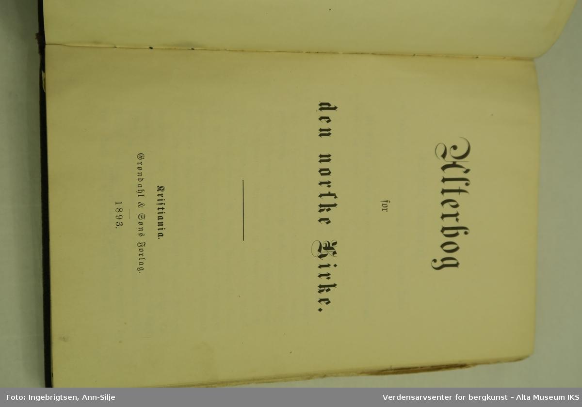 Form: Innbundet bok med permer i skinn. Latinsk kors på frontperm. Teksten i boka er trykt med gotiske bokstaver.