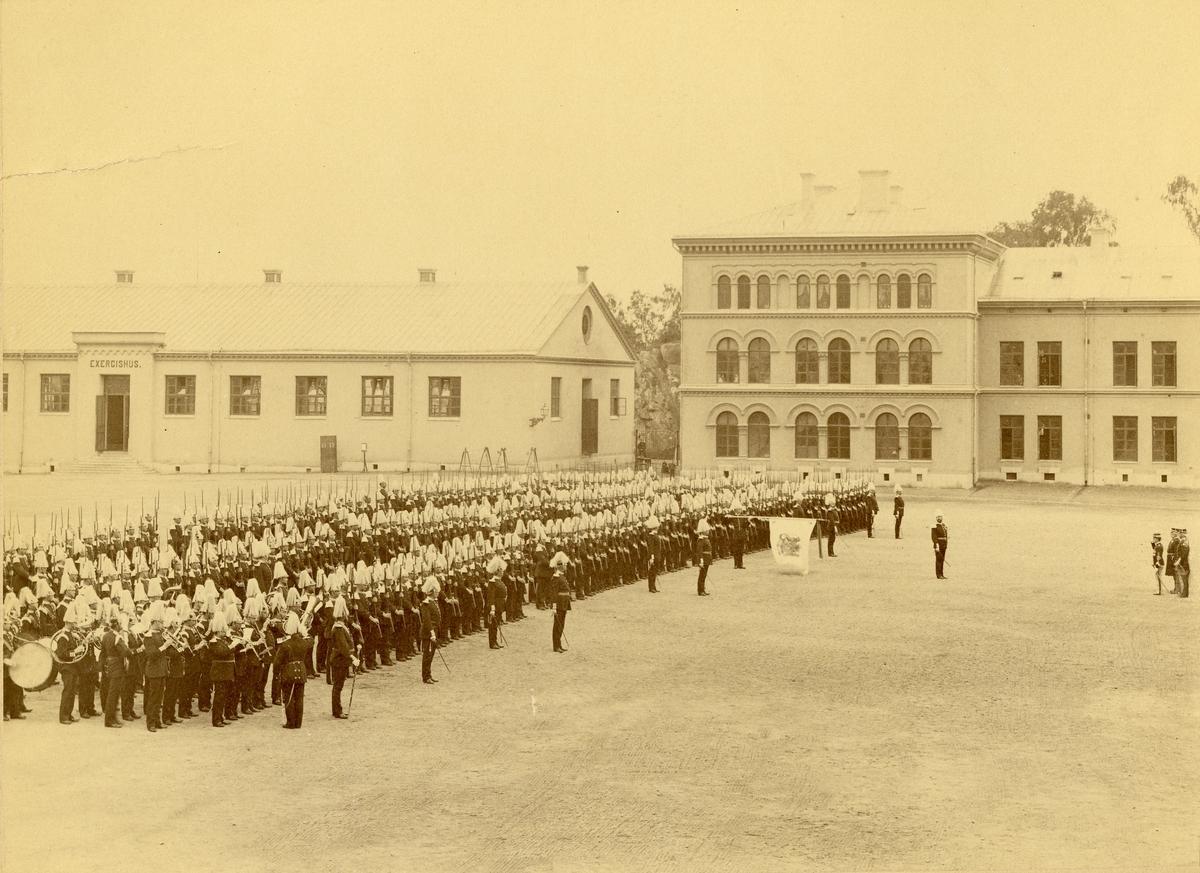 Göta livgarde I 2 uppställt på kaserngården vid besök av Italiens kronprins 1897.