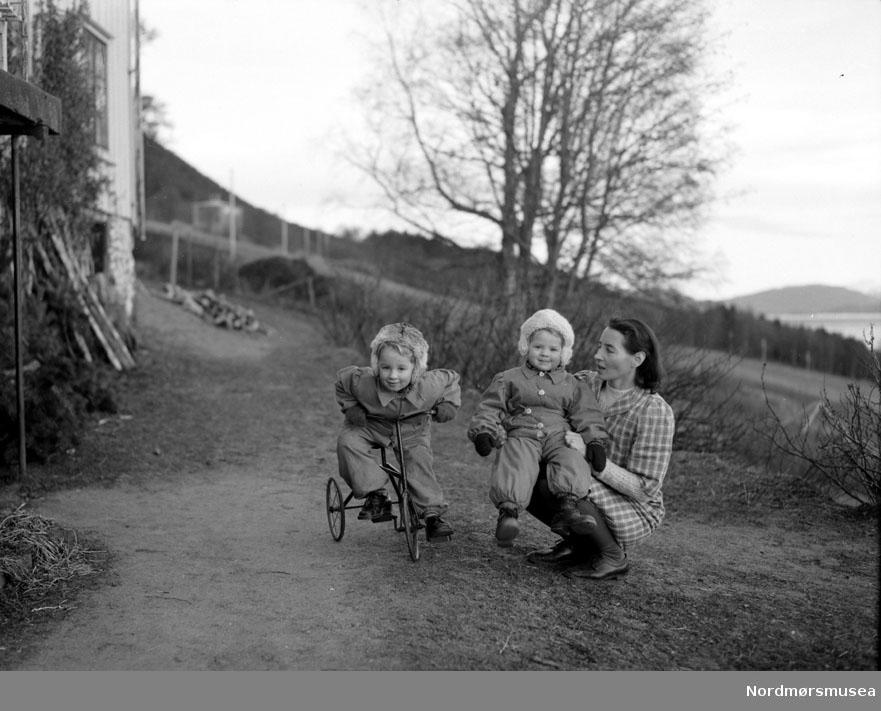 mor og 2 barn Myren? på ferie, sommer, lek. Datering er ukjent, men trolig omkring 1950 til 1960. Fra Nordmøre museums fotosamlinger, Myren-arkivet
