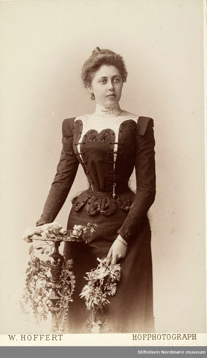 variant av samme dame.  Bilde fra Marie Knudtzon (1879-1966) sin fotosamling. Se bilde nr KMb-2010-011.0001 for mer biografi. Fra Nordmøre museum sin fotosamling.