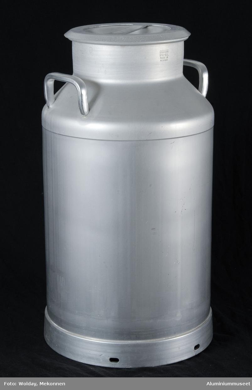 Teknikk: Spannkroppen er fremstilt fra en Al-rondell. Rondellen er presset i en hydraulisk presse til et sylindrisk hulkar. Sargen er tynnet i en oppstrekkbenk og bryst med hals og fals er trykket på deledor i en trykkbenk med hydraulisk operert kryss-support. Se bilde: Kjøkkentøyen, oversiktsbilde 1952. 2 stk. bøyleører er loddet på brystet. Bunnring fremstilt av Al-profil er påkrympet. Spann med bunnring og lokk er herdet og beiset. Bøylehank av galvanisert stål er montert i bøyleørene. Lokket er festet til spannet med en galvanisert kjetting. Innerlokket er presset i ett trekk. Det er renskåret, konpresset og lokket. Lokkhåndtaket er utstanset fra skilling og formpresset. Håndtak og innerlokk er loddet sammen. Form: Spann-dunkefasong