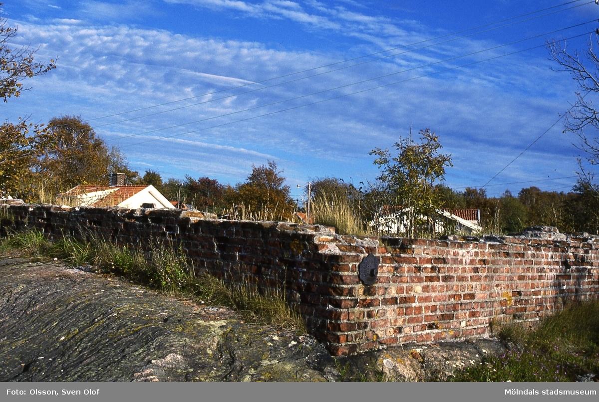 Ruin av den gamla vattencistern som användes när syratornet som kallades Sodoms torn fanns i Kvarnbyn. Belägen på berget mellan Åldermansgatan och Franckegatan i Mölndal, år 1986. Kv 3:13.
