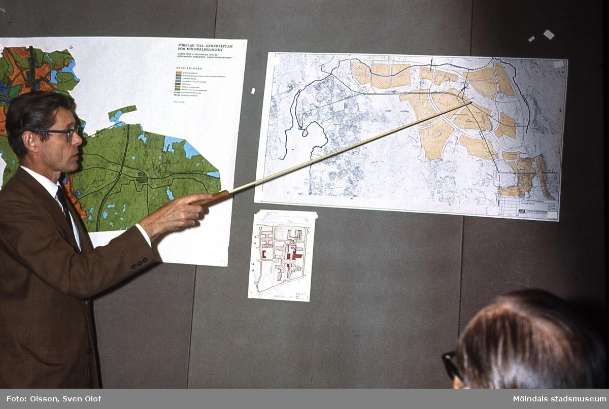 Gatuchef Ragnar Sjöstrand redovisar ett ärende på Planeringskommittén i Mölndals stadshus, år 1971.