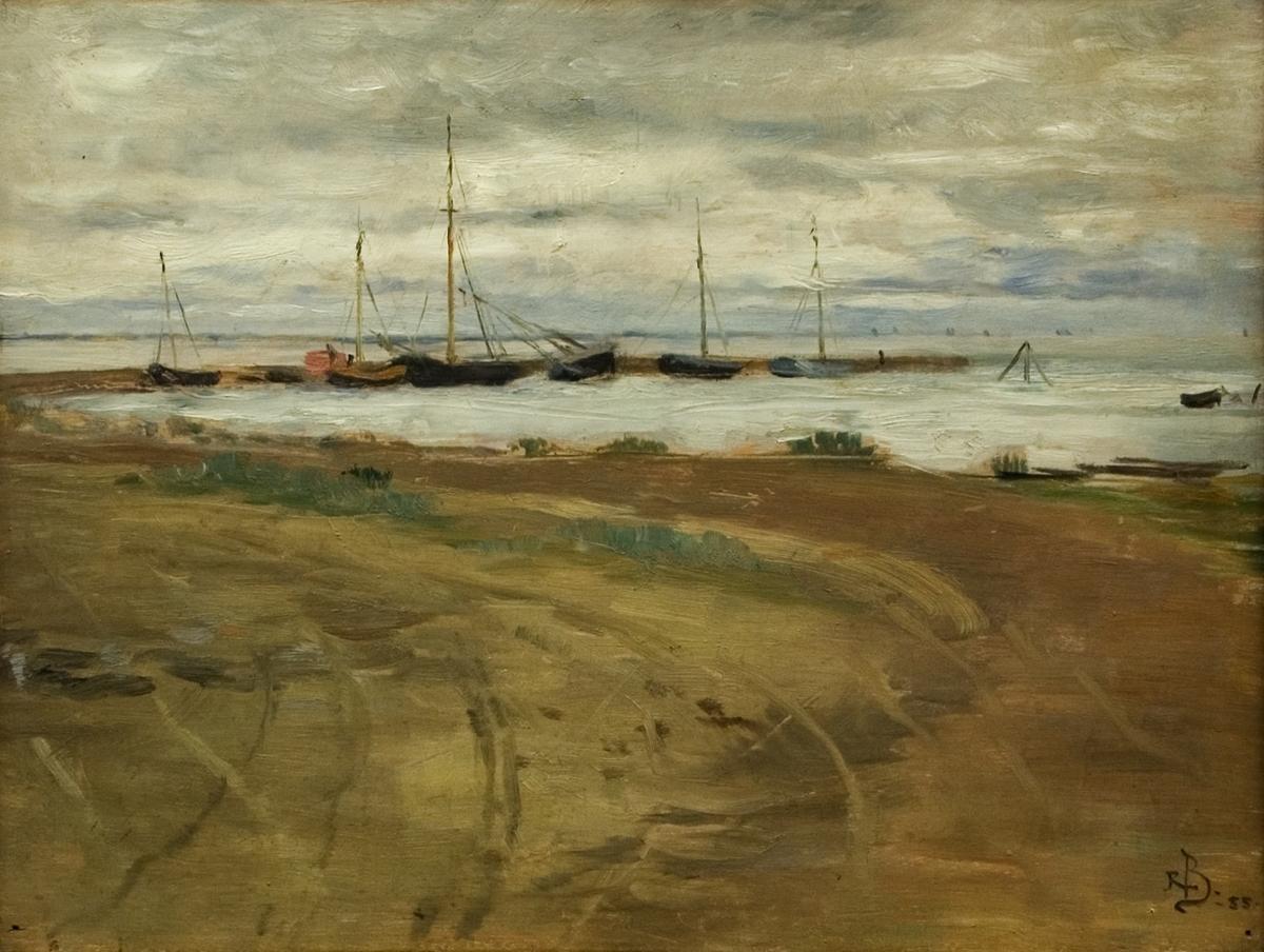 """Oljemålning på träpannå, """"Strandlandskap"""", troligen Frankrike, av Rickard Bergh. Sandstrand, vågbrytare med några fiskekuttrar förtöjda. Gråblå molning himmel. Förgylld ram."""