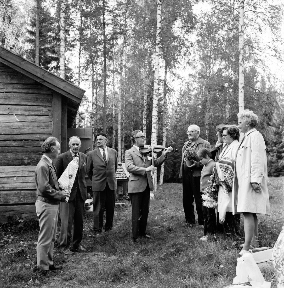 Arbrå, Änga-Nybo, i juni 1971. Fiolspelare Birger Näslund.