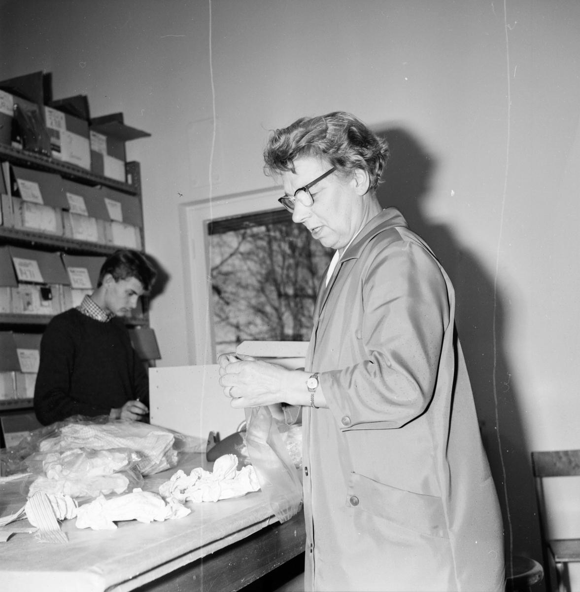 Ramsjö. Jönsson m.fl. 3/11-1965. 1. Gunhild Forsberg, Leif Sundell. 2. Agnes Liback, Inger Gustafsson. 3. Nanna Andersson, Elna Forsmark. 4. Astris Norrby,  Oscar Jönsson. 5.Vidar Forsman, Arne Hård. 6. Gunnar Östling. Postbud.