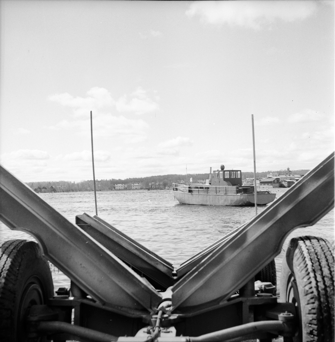 """Bollnäs, Flottarbåten """"Varpnäs"""" väntar på att tas upp ur varpen, Maj 1969"""
