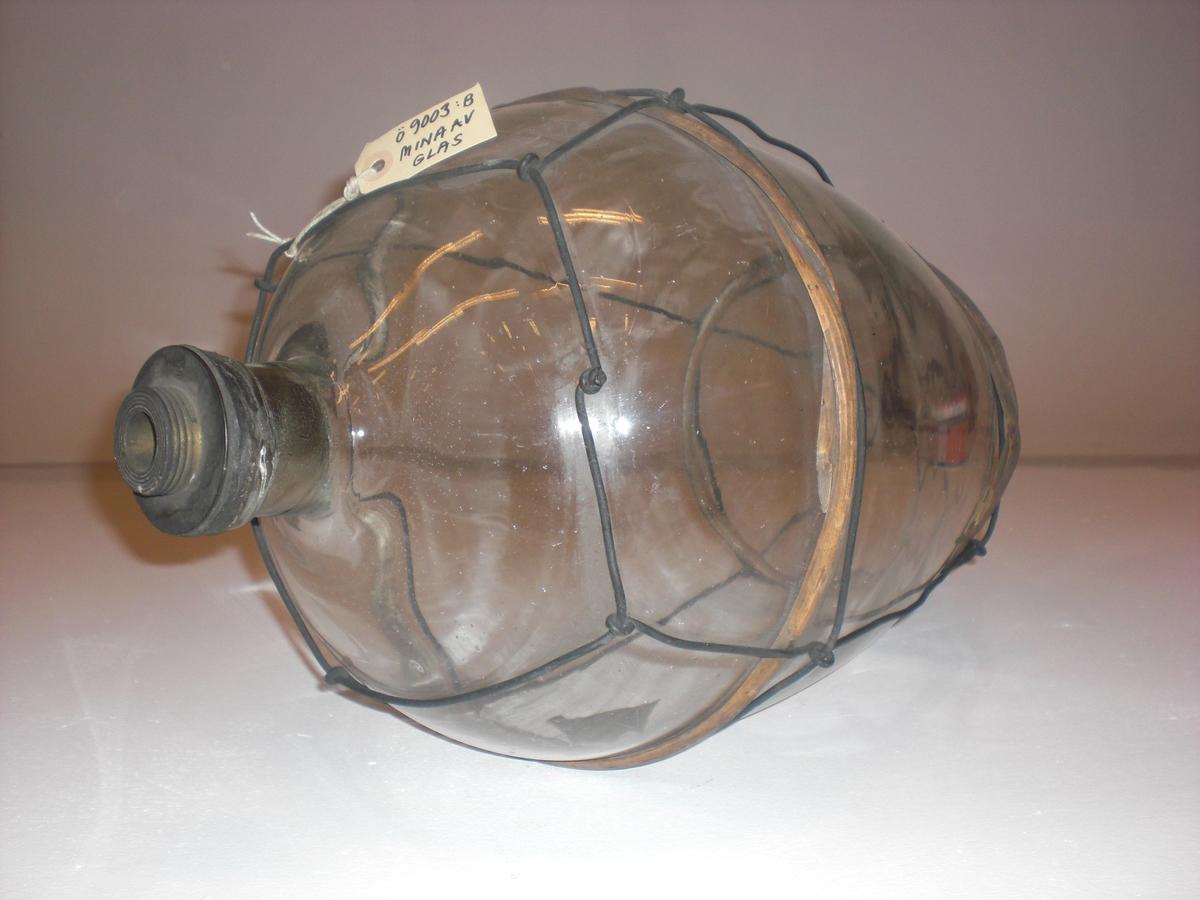 Päronformad glasmina med med ståltrådsnät och handtag. 2 stycken vidjeband, utan träställning